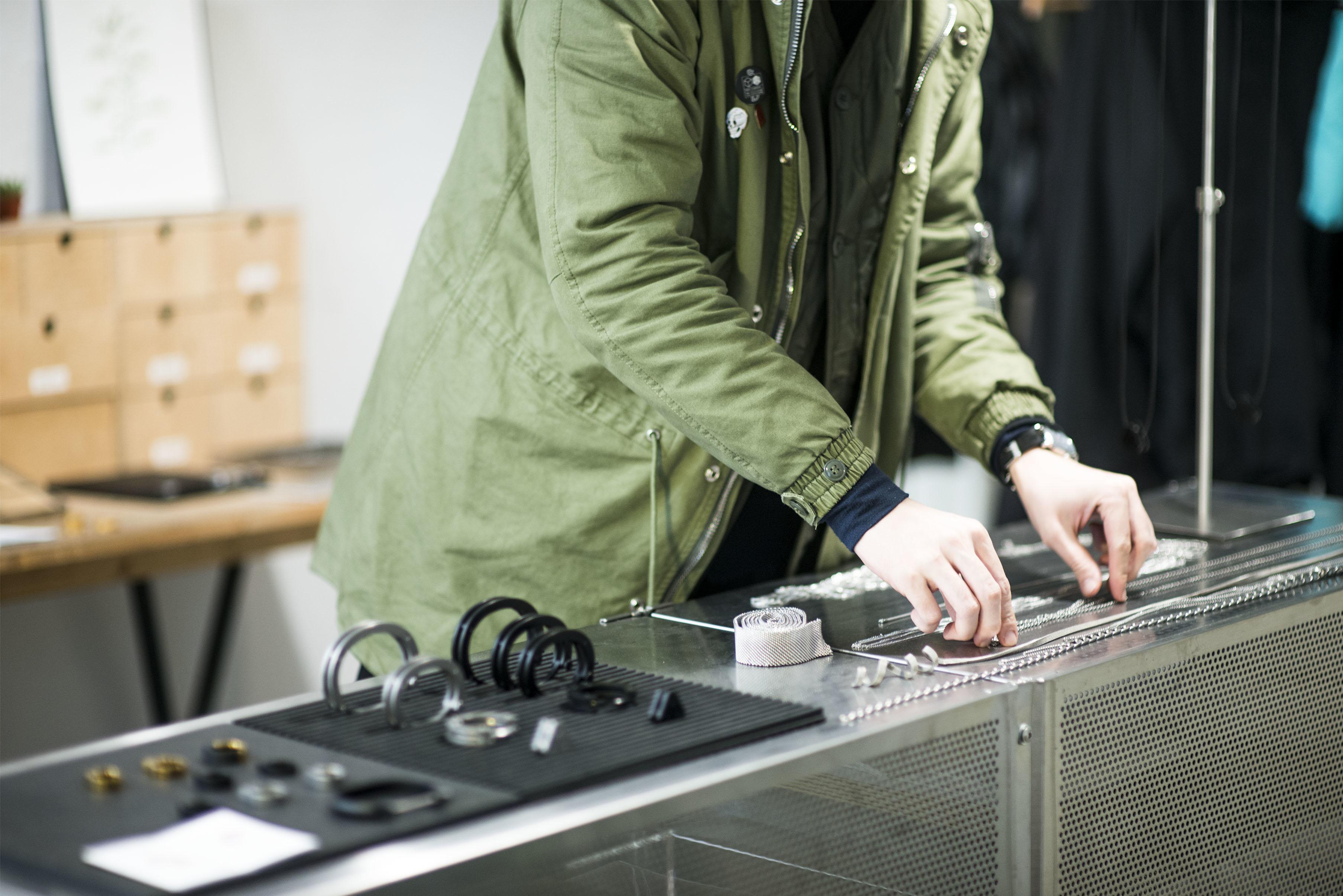 nozzle quiz 專訪 誠品生活松菸店,一個單身男子的房間快閃店主理人marco,正在把玩著飾品品牌drilling lab