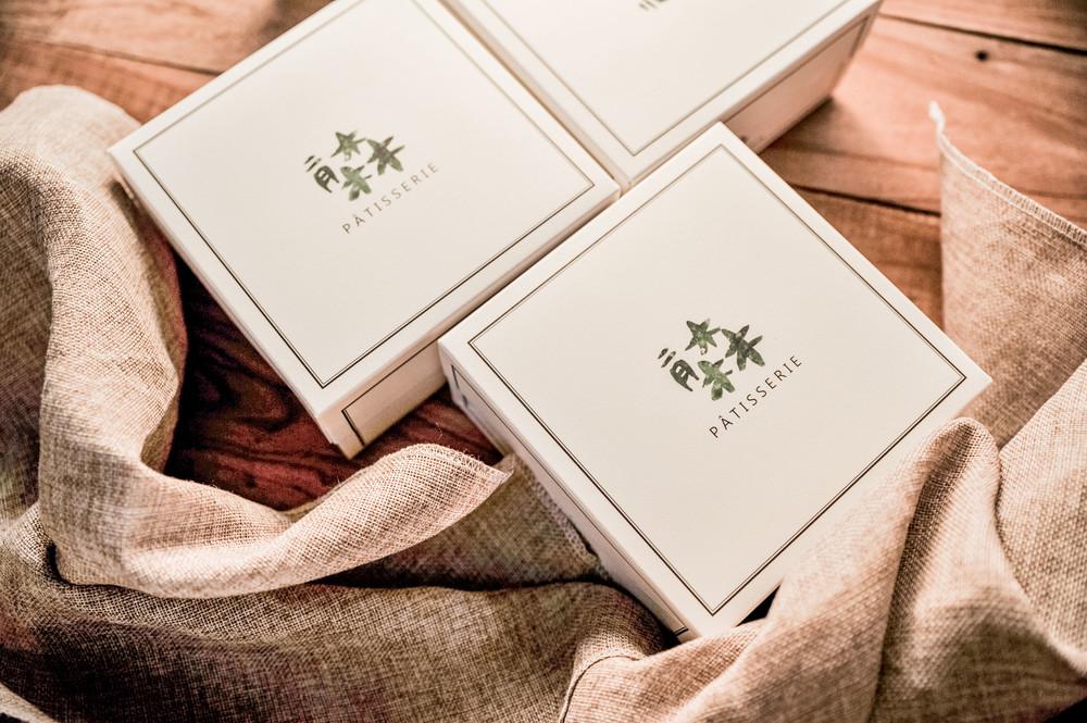 二月森彌月禮盒,2018最精緻彌月蛋糕推薦,高質感透明鍛帶盒型。蛋糕捲與彌月常溫禮盒給寶寶最好的祝褔