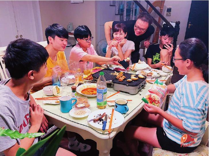 中秋一群家人坐在一起吃烤肉