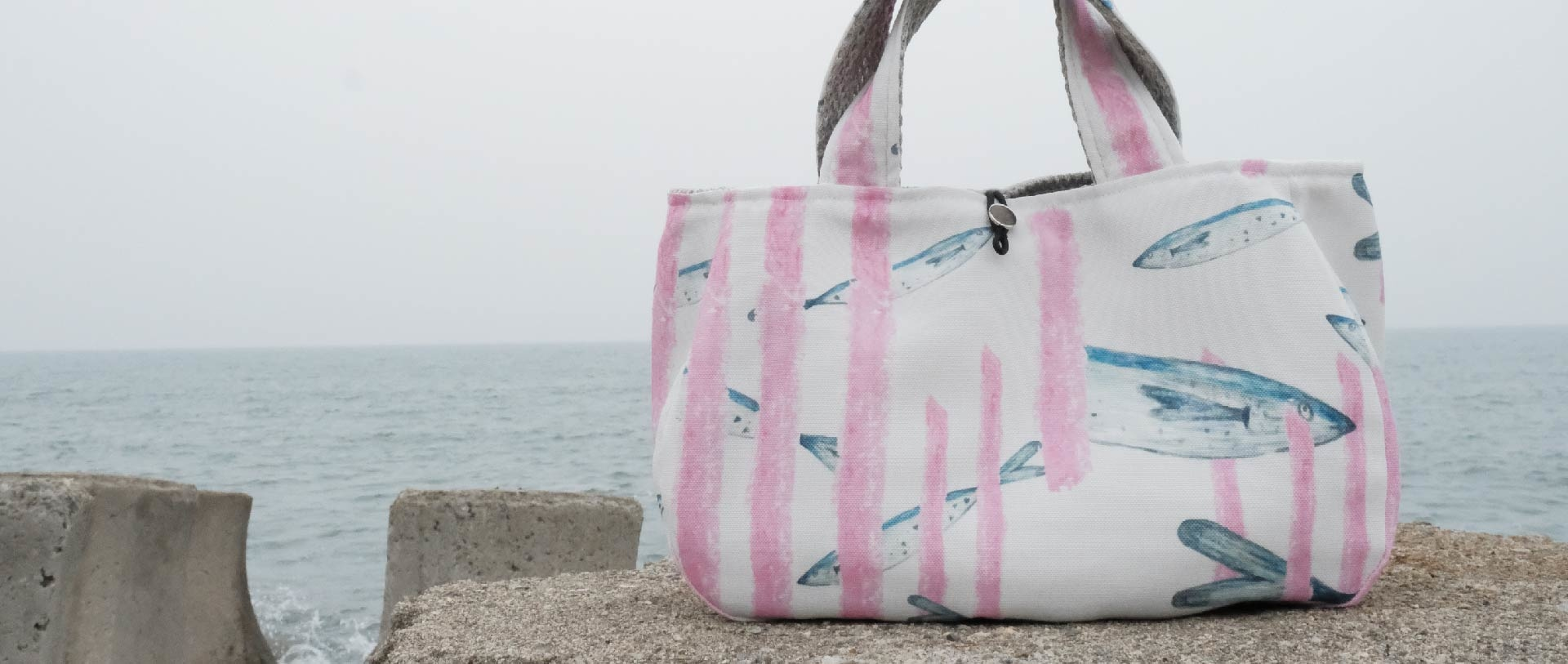 海洋環境與塑膠垃圾議題的故事印花設計_愁刀魚微笑提袋