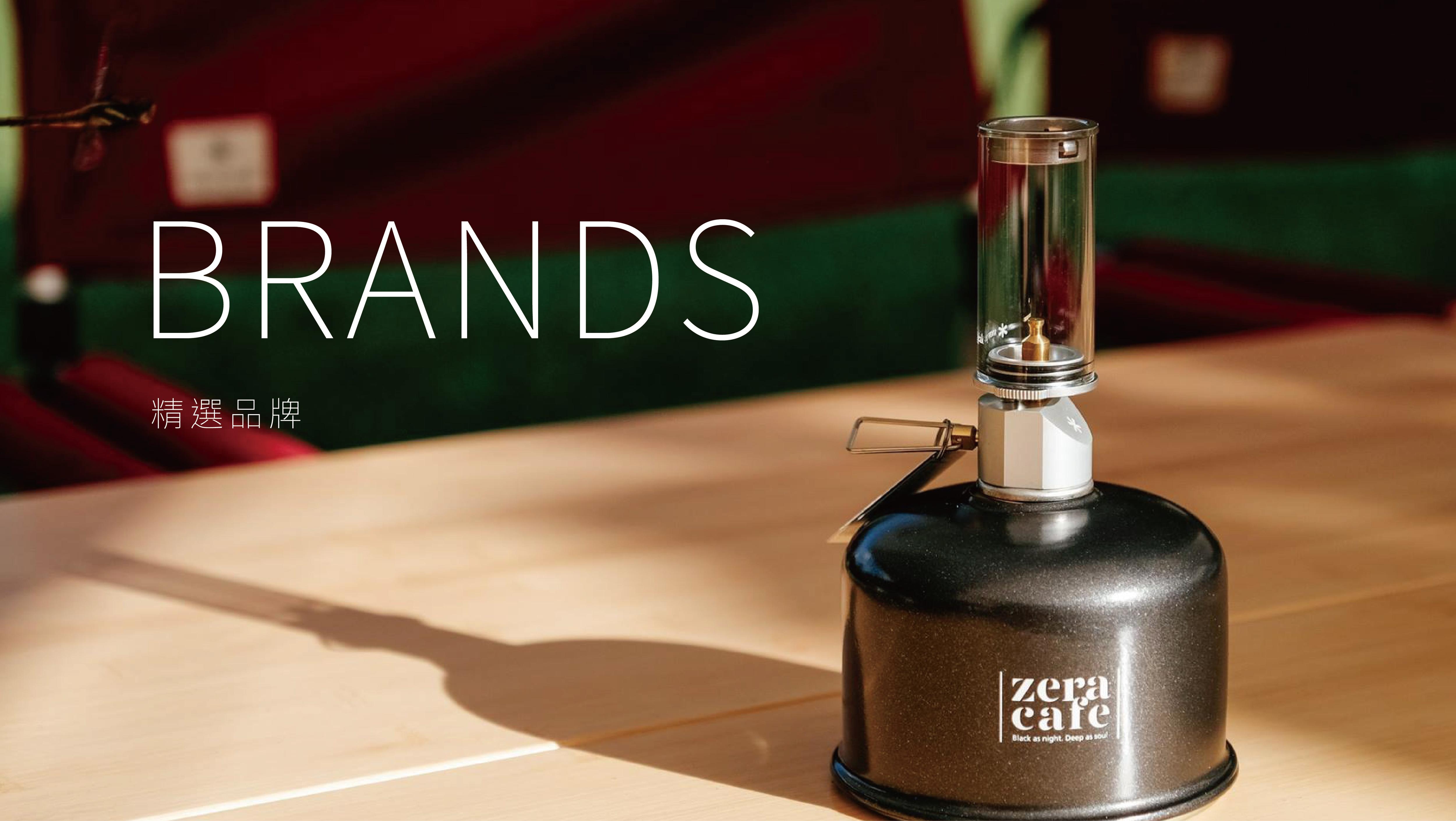 咖啡、咖啡器材與品牌相框放在戶外竹桌上