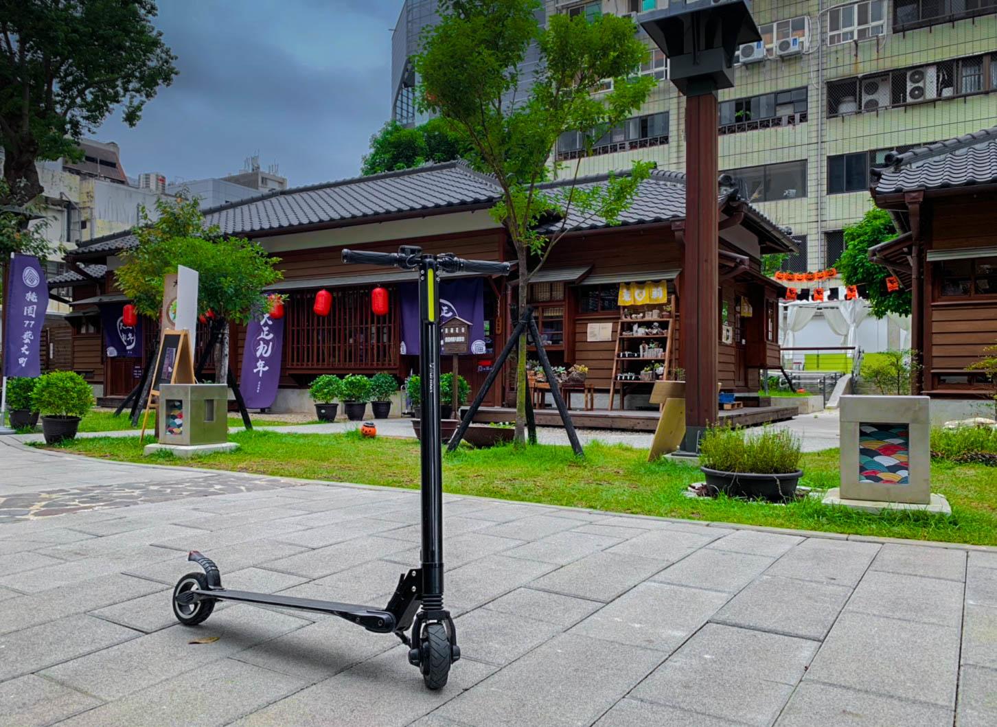 停在桃園藝文盯的碳纖維電動滑板車