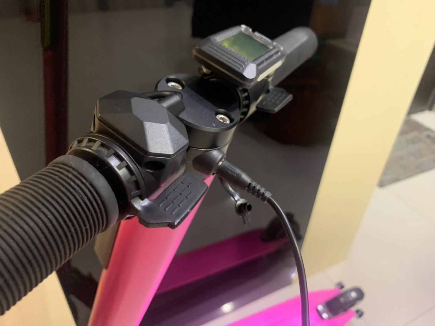 插著電的粉紅色電動滑板車
