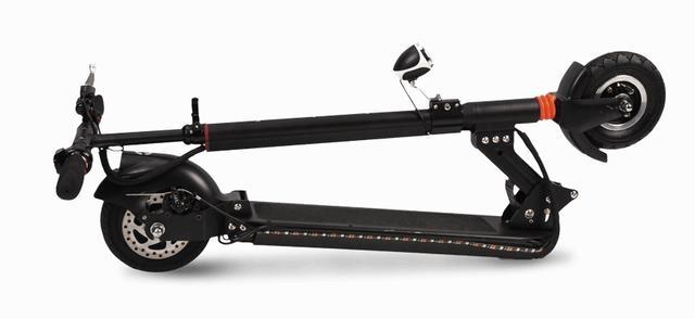 摺疊起來的電動滑板車