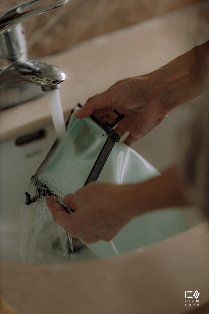 袋身底可徹底翻面,方便清潔無死角, 可以溫柔海綿與天然洗劑輔助清潔, 也可放入洗碗機清洗,高溫消毒去味。