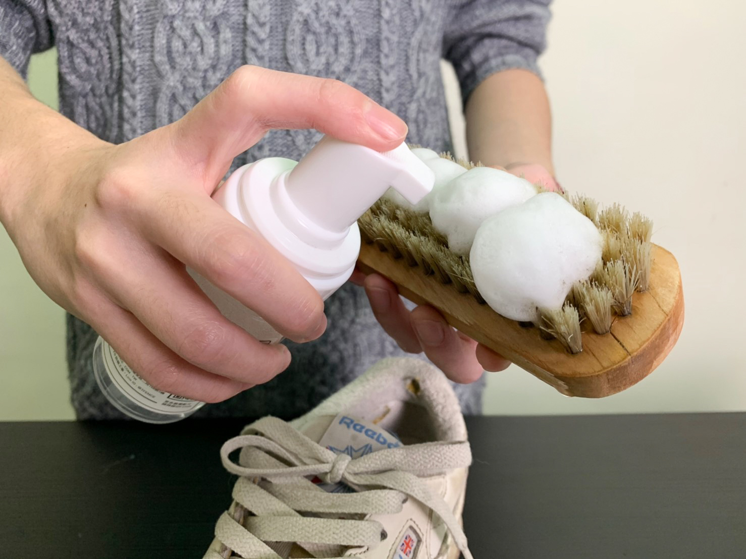 洗鞋劑擠壓出泡沫於鬃毛刷上