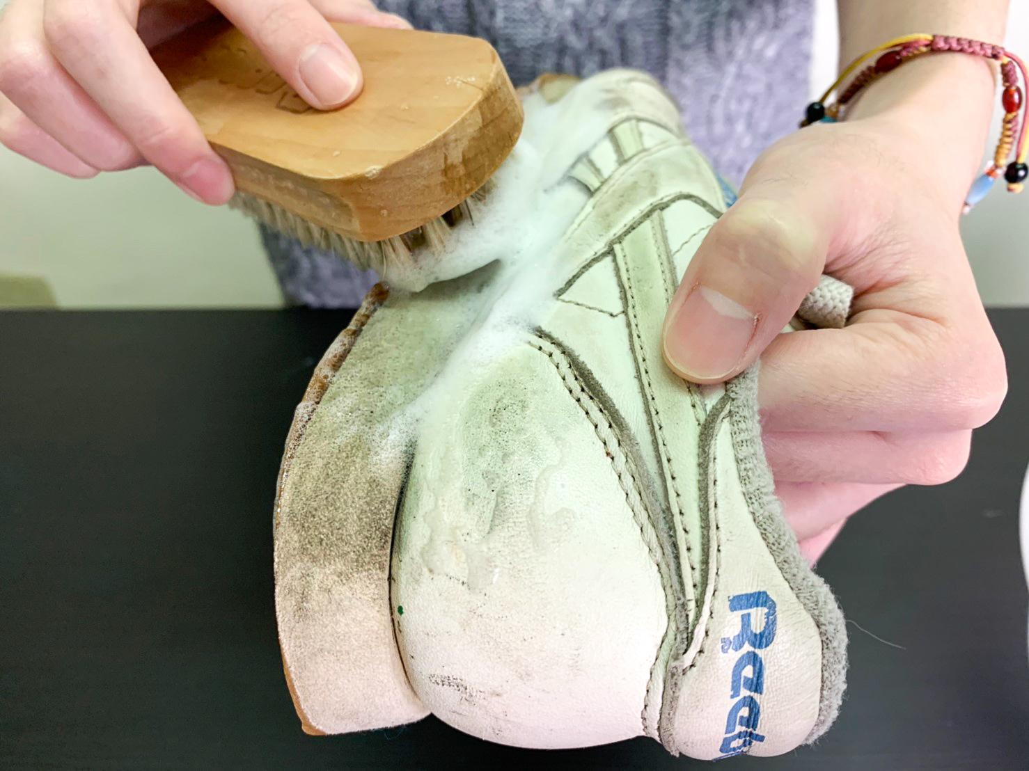 以畫圓方式在鞋面上反覆刷洗