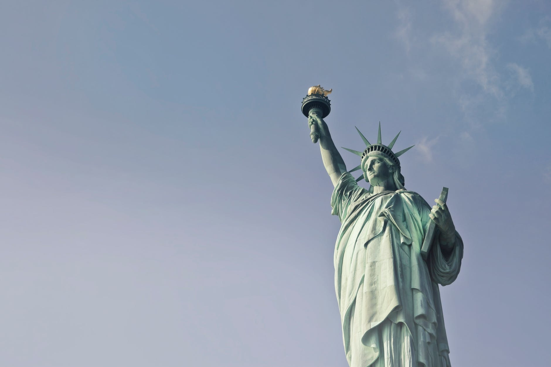 一座位於美國紐約港自由島上的自由女神像。