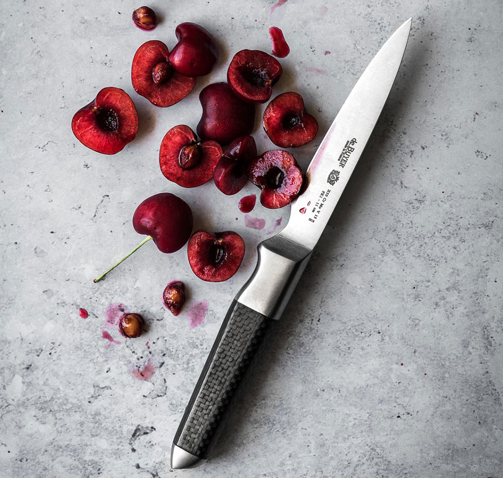 de Buyer has combined the perfect cutting edge of the Japanese knives with the outstanding robustness of French knives.