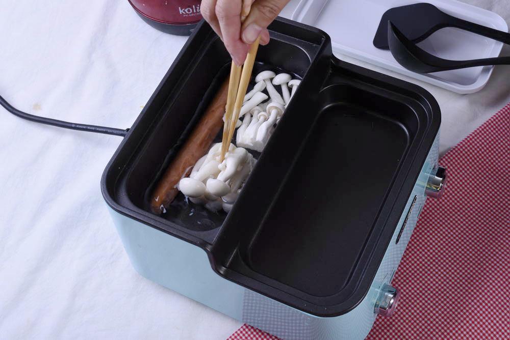 將德式香腸跟雪白菇丟入後鍋