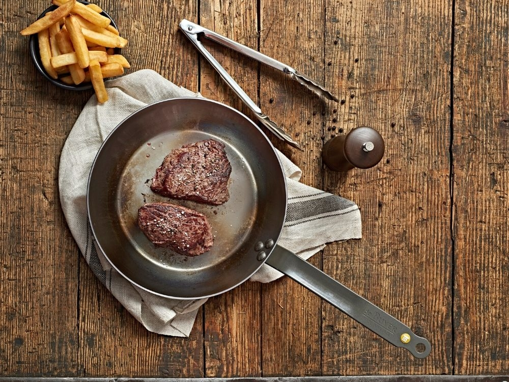 de Buyer #Steaklover gift box combines Mineral B iron frypan 26 cm with a tong and a pepper mill Marlux