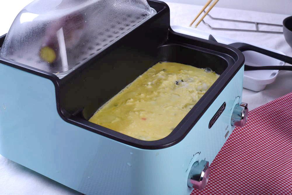 前鍋火力增強,倒一半蛋液打散