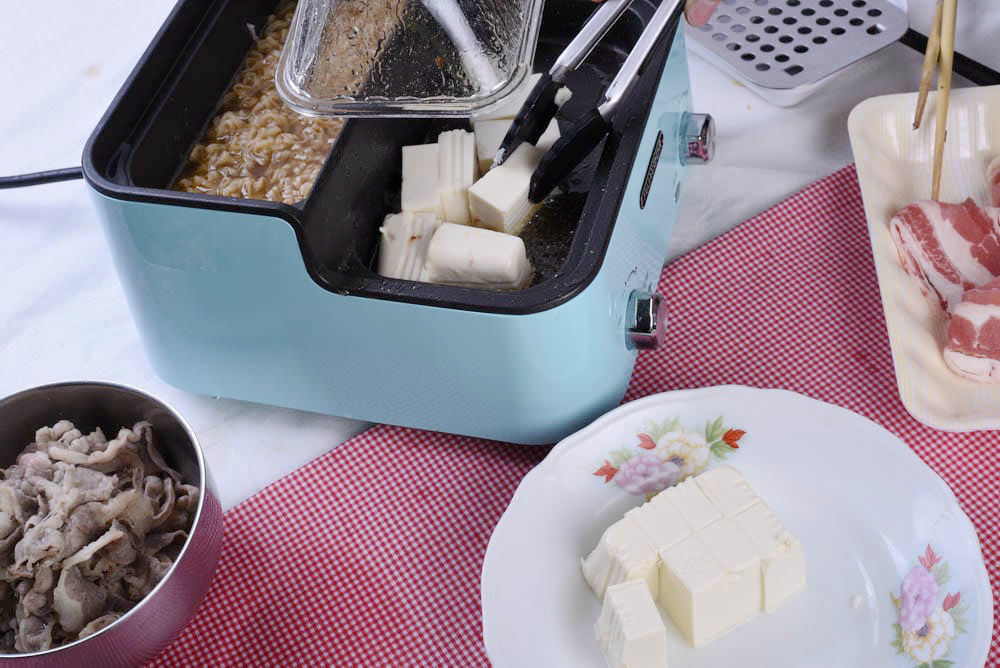 將豆腐放入前鍋,用牛油來做炸豆腐