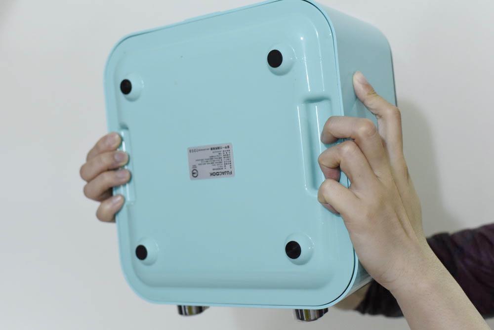 鍋子底部兩側有凹槽,方便手握