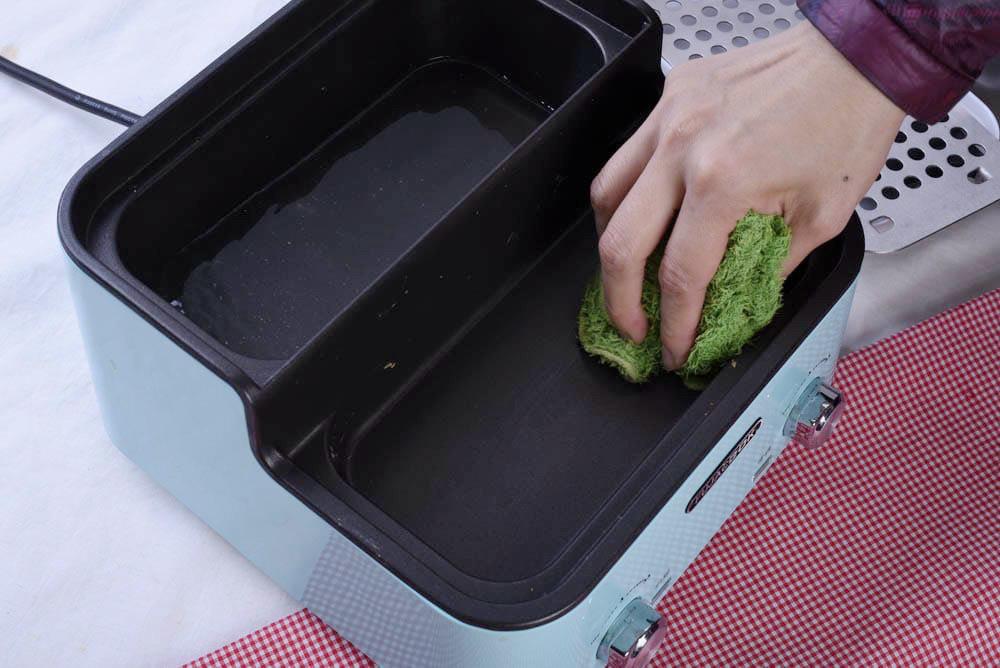 用布輕輕擦拭鍋內,一下就很乾淨