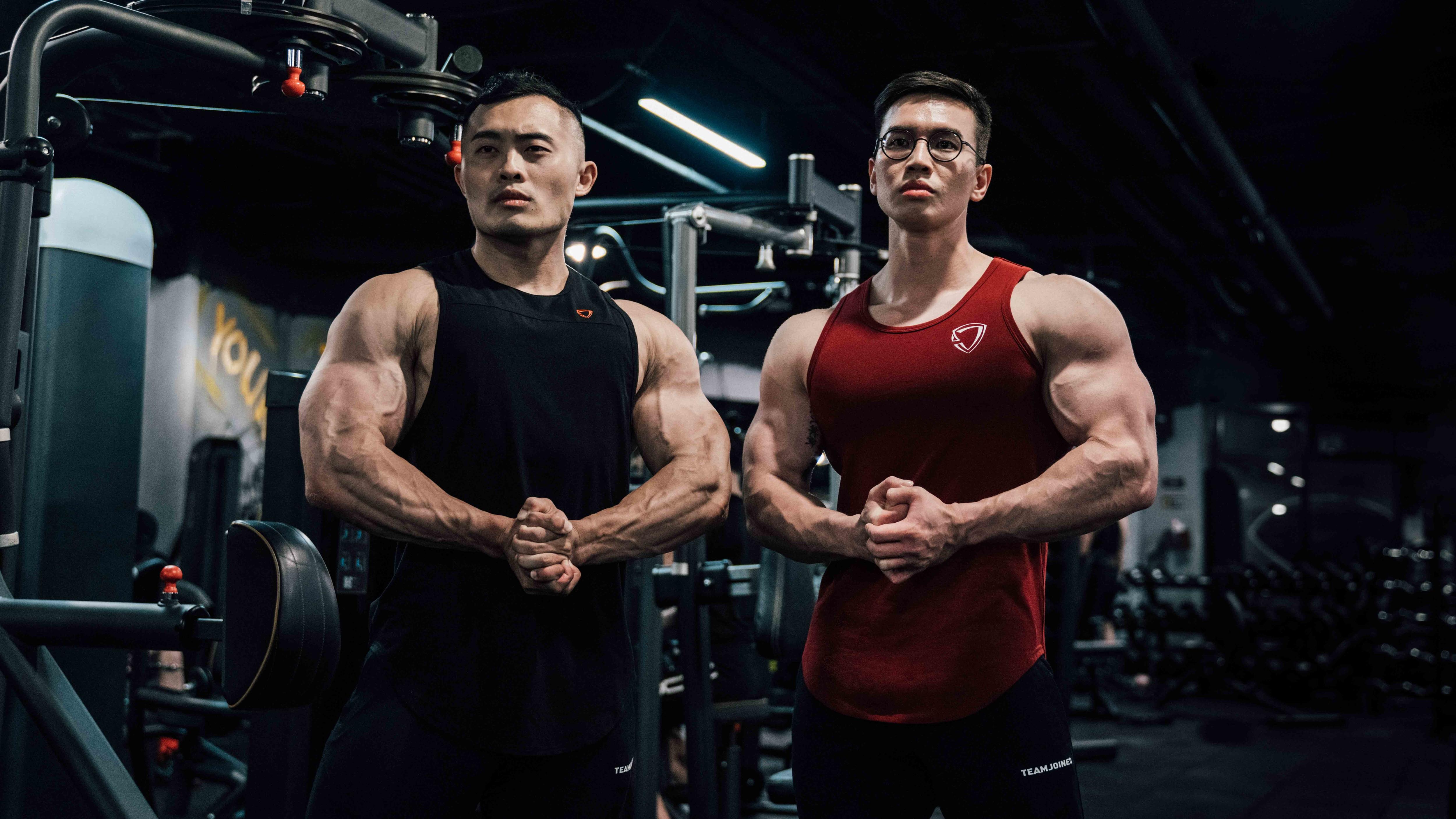 IFBB PRO大H跟超級熱狗王穿著TEAMJOINED訓練背心在健身房裡擠壓肌肉