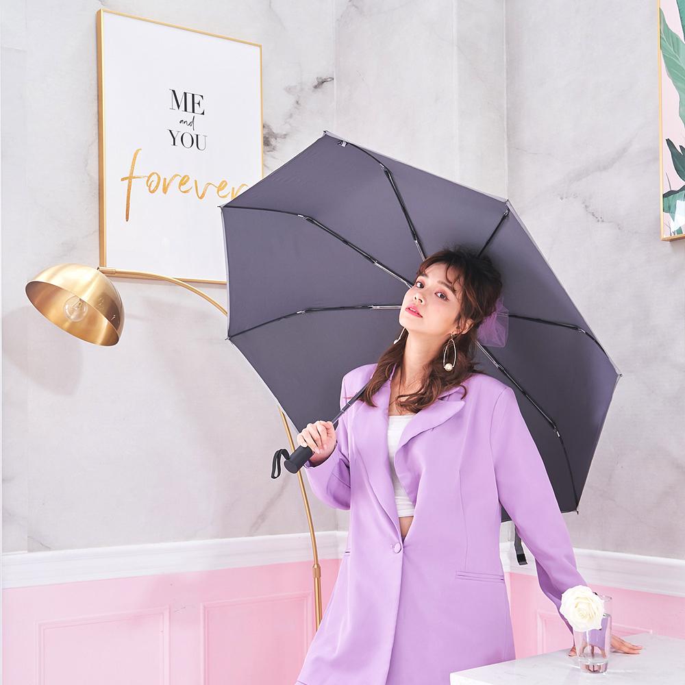 大傘面可多人一傘,一指輕鬆收傘,抗風傘骨中棒超穩固,特製加工車邊反光條夜晚/雨天 反光好清楚,行徑安全更有保障。 特別加強即速快乾 輕甩即乾不留水痕,大傘面素色超百搭,超好看! 男女老少都適用 熱賣款加色