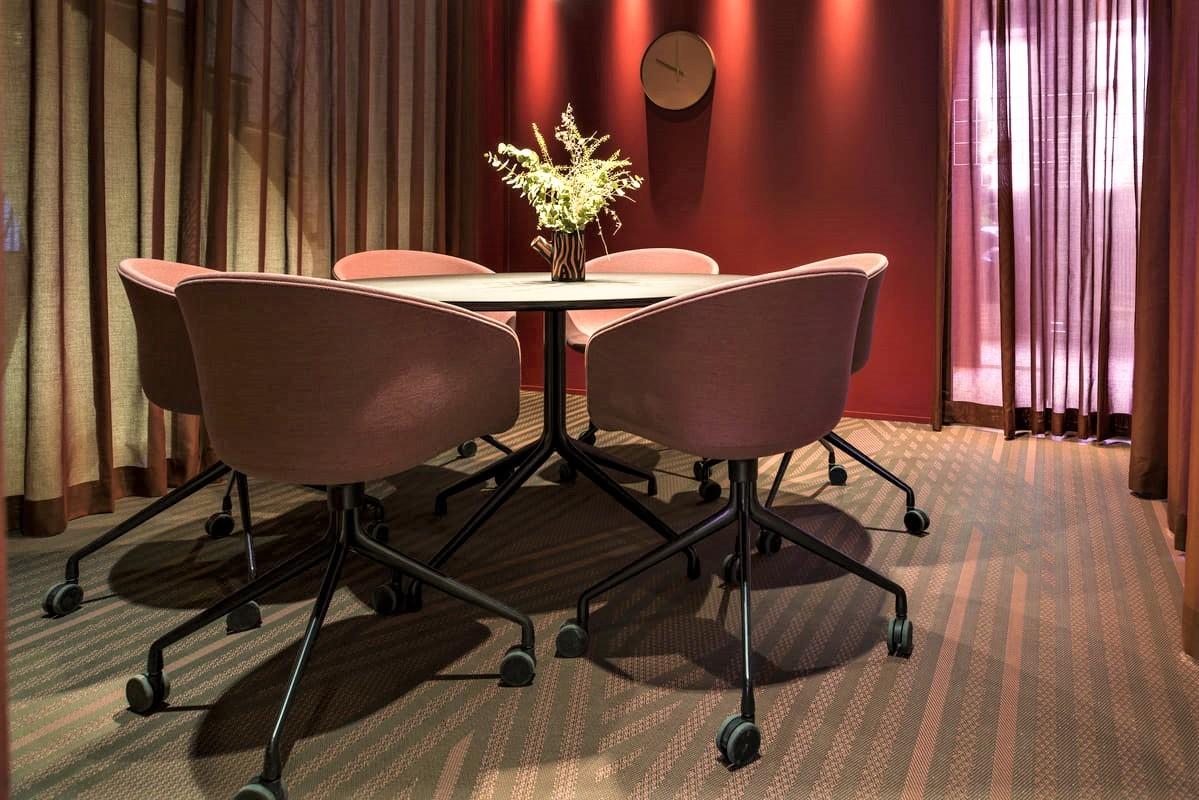 瑞典的辦公室設計空間鋪設 bolon的半客製款式Bolon BY YOU 黑底紅色條紋圖騰 PVC編織設計地板