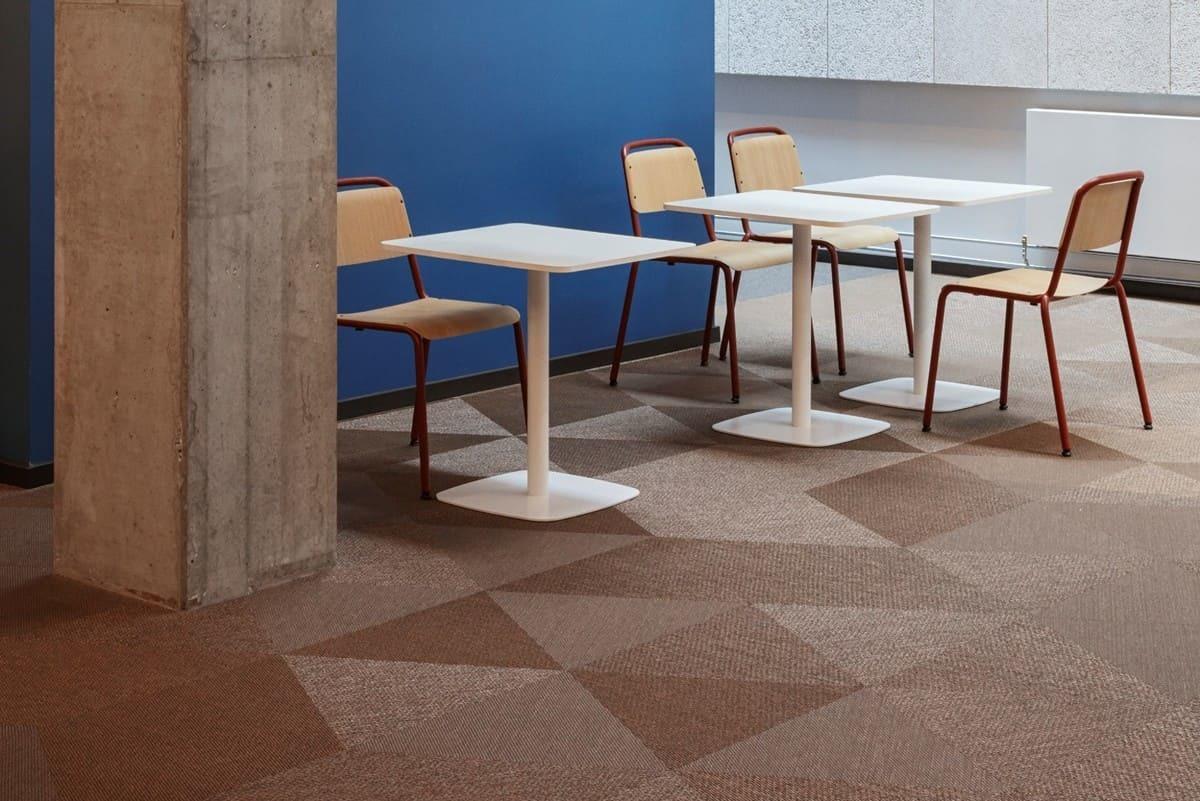 英國倫敦的辦公室設計空間鋪設Bolon Studio 三角形棕色PVC編織設計地板