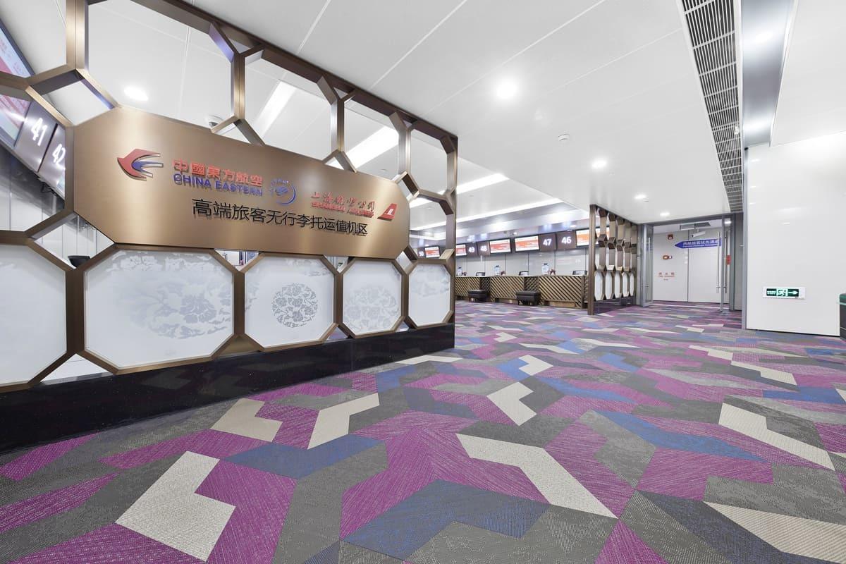 東方航空VIP值機室鋪設Bolon Studio Wing 造型地板,以紫紅色、藍色的品牌色搭配灰色和米色做編織地板設計現場拼花瑞典Bolon編織地板
